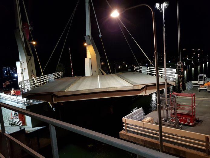 Afgelopen weekend begon het werk aan de brug bij de Marksluis. Nu ligt er een vervangende brug.