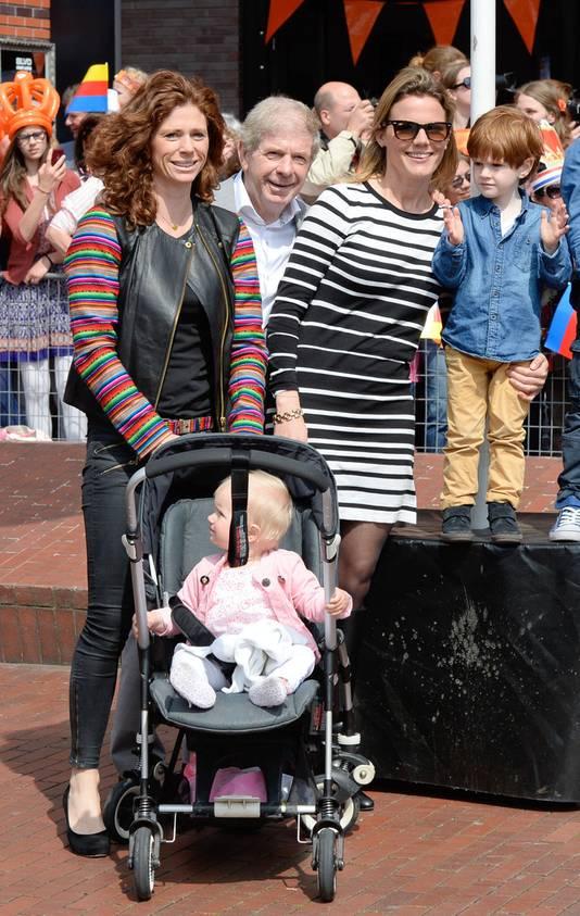Barbara Barend met haar gezin en vader Frits. 'Het zal voor hem moeilijk zijn om de kleinkinderen zo'n tijd niet te zien.'