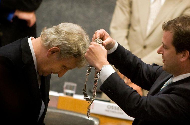 Eberhard van der Laan (L) krijgt in 2010 de ambtsketting omgehangen door plaatsvervangend burgemeester Lodewijk Asscher (R). Beeld ANP
