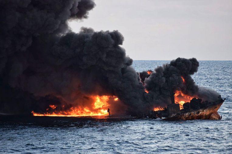 Dat het schip zonk vooraleer meer olie de kans kreeg om te verbranden, was de slechtst denkbare situatie. Beeld EPA