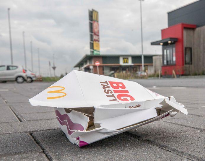 Afval bij de fastfoodboulevard in Goes.
