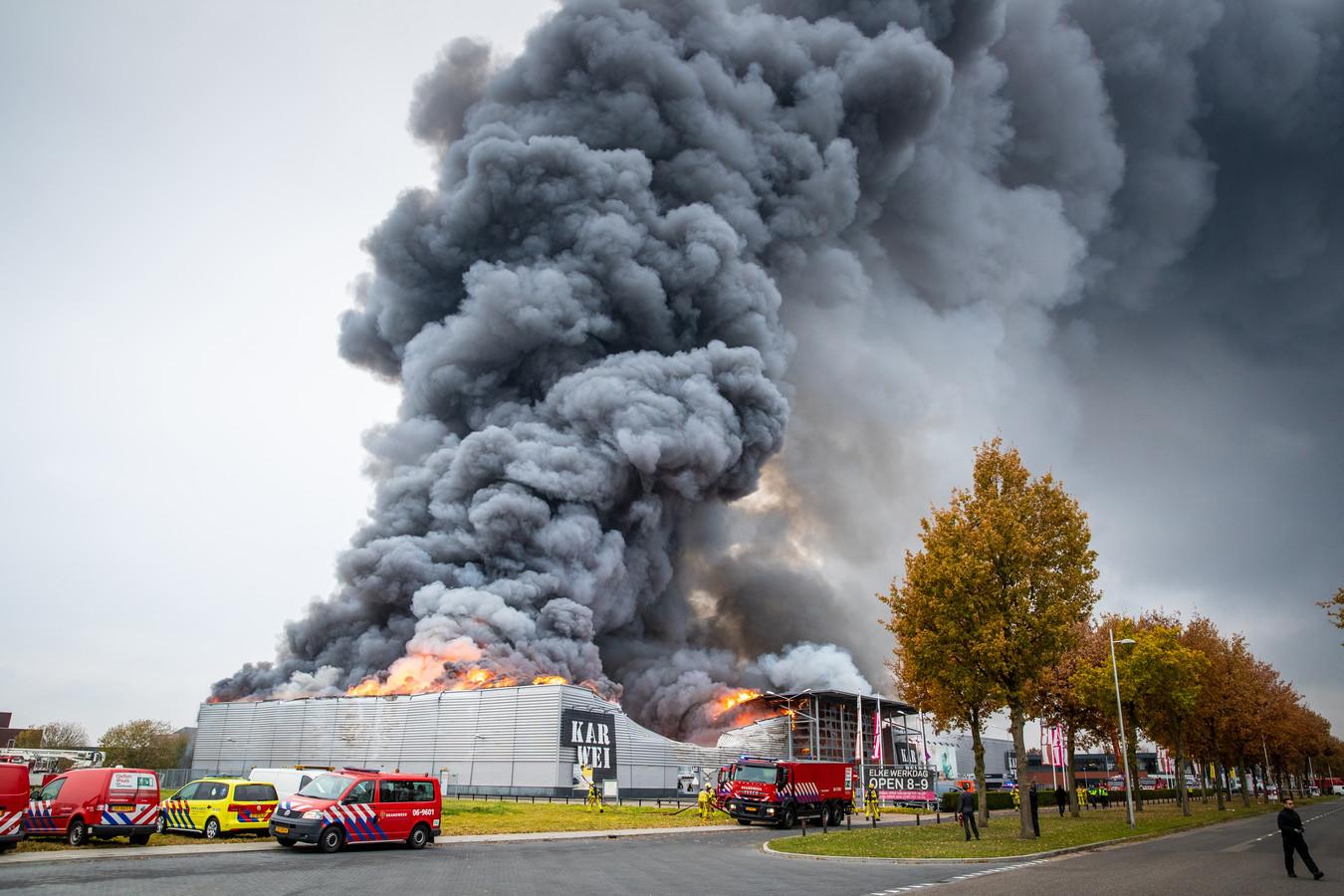 Even voor 10.30 uur brak er op 27 november 2018 brand in uit in de Karwei aan de Laan van de Dierenriem in Apeldoorn. Binnen no-time stond de hele zaak in lichterlaaie.