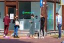 Mensen in Leeuwarden wachten voor een locatie van Spoedtest.nl.