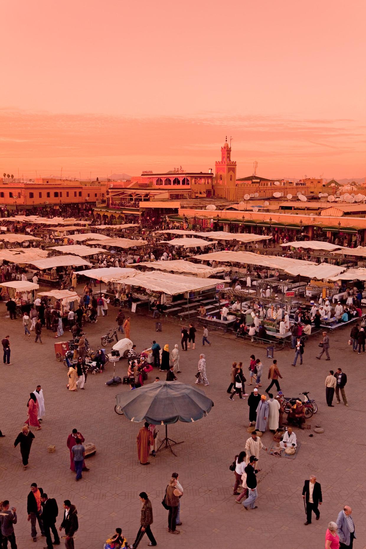 Het bekende plein Djemaa el Fna in Marrakech.  Beeld Alamy Stock Photo