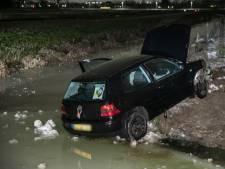 Automobilist vliegt uit de bocht en landt dankzij ijs óp een sloot: drie inzittenden gewond