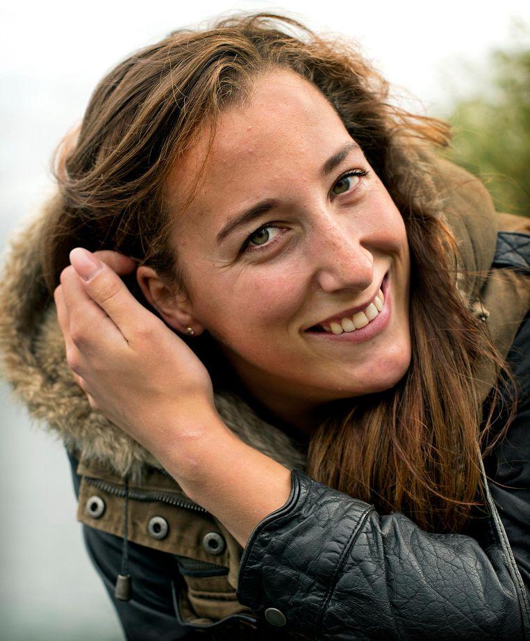 De Olympische Koningin van de Keirin, Elis Ligtlee, gaat even genieten van haar eremetaal (en herstellen van een knieblessure). Beeld Klaas Jan van der Weij / de Volkskrant