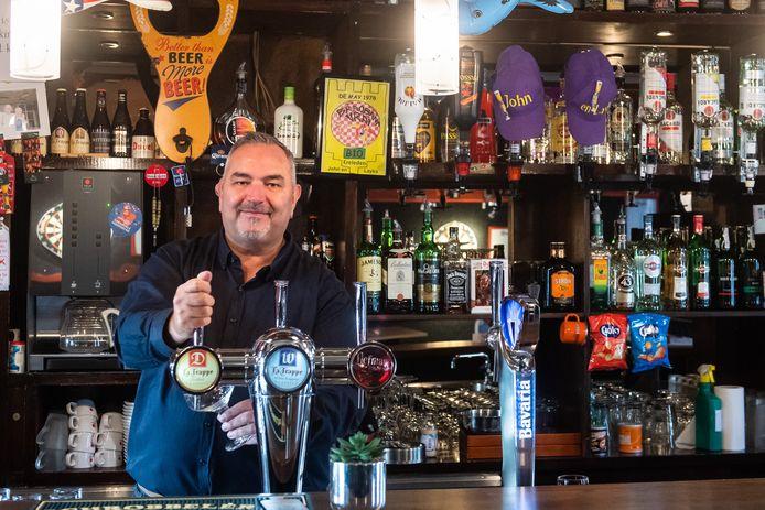 Made - Oud-wethouder John van Vugt heeft cafe de Tijd in Made gekocht. Hij wordt kroegbaas.