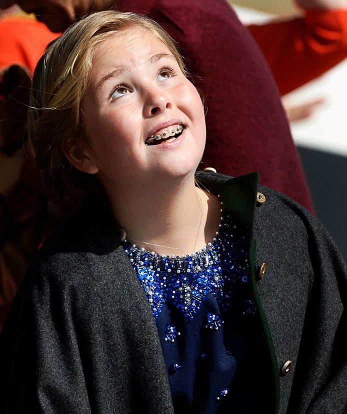 Prinses Amalia met beugel in 2015. De beugel is er inmiddels uit.