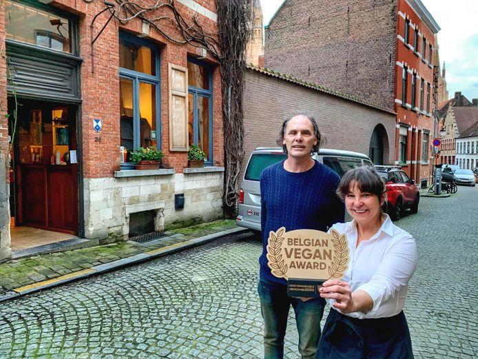 Steven Vanhooren en Ann Nassen van Atelier Flori in Brugge met de prijs van 'meest opvallende nieuwkomer.'