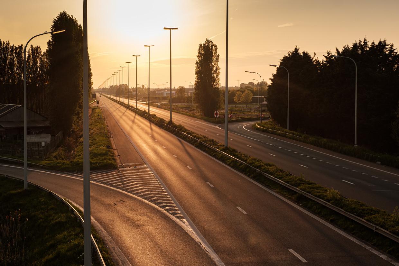 Een lege snelweg naar de kust ter hoogte van Zandvoorde, vorig jaar in april tijdens de lockdown.