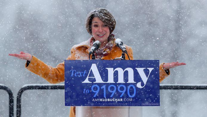 Amy Klobuchar annonce sa candidature dans des conditions météorologiques difficiles.