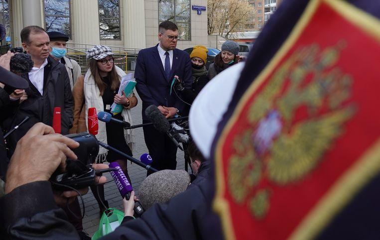 Advocaten staan voor de rechtbank de pers ter woord.  Beeld EPA