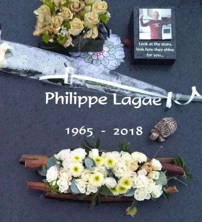 Het grafzerk van Philippe Lagae. Het houten beeldje van een schildpad is gestolen