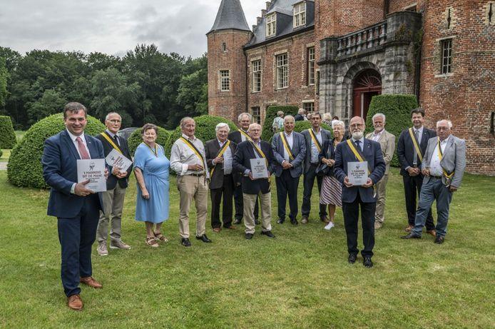 Het jubileumboek 't Manneke uit de Mane, 100 Almanakskes en de Ridderorde werd voorgesteld in het Kasteel van Rumbeke.