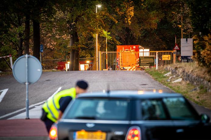 Op de legerbasis in Oldebroek wordt onderzoek verricht naar een verdacht pakketje.