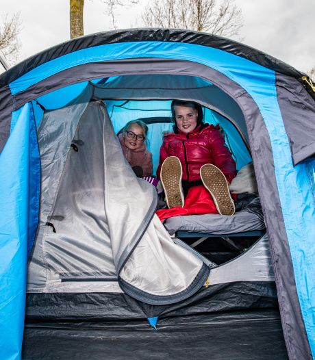 Koud op de camping? Dan doe je toch een winterjas aan? Nikki (9) en Yara (11) slapen gewoon in de tent