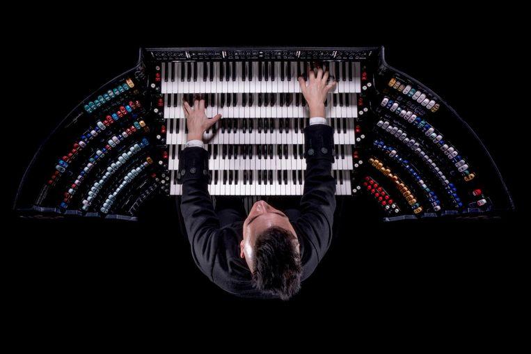 Cameron Carpenter op zijn orgel. Beeld Gavin Evans