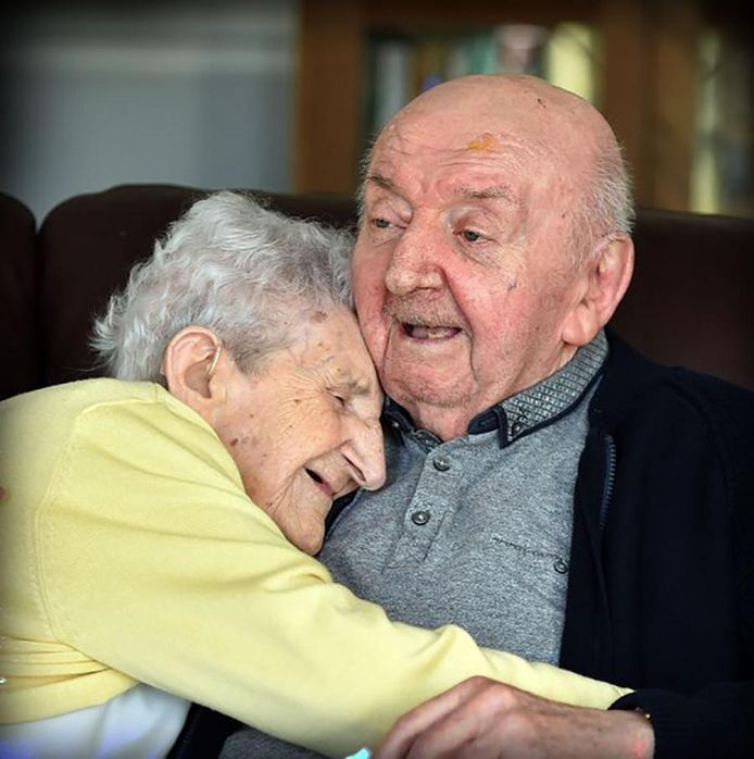 Ada Keating en haar zoon Tom zijn onafscheidelijk in het zorgtehuis.
