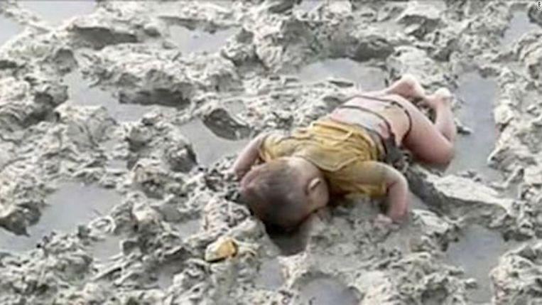 De 16 maanden oude Mohammed Shohayet verdronk op de vlucht van Myanmar naar Bangladesh. Beeld rv