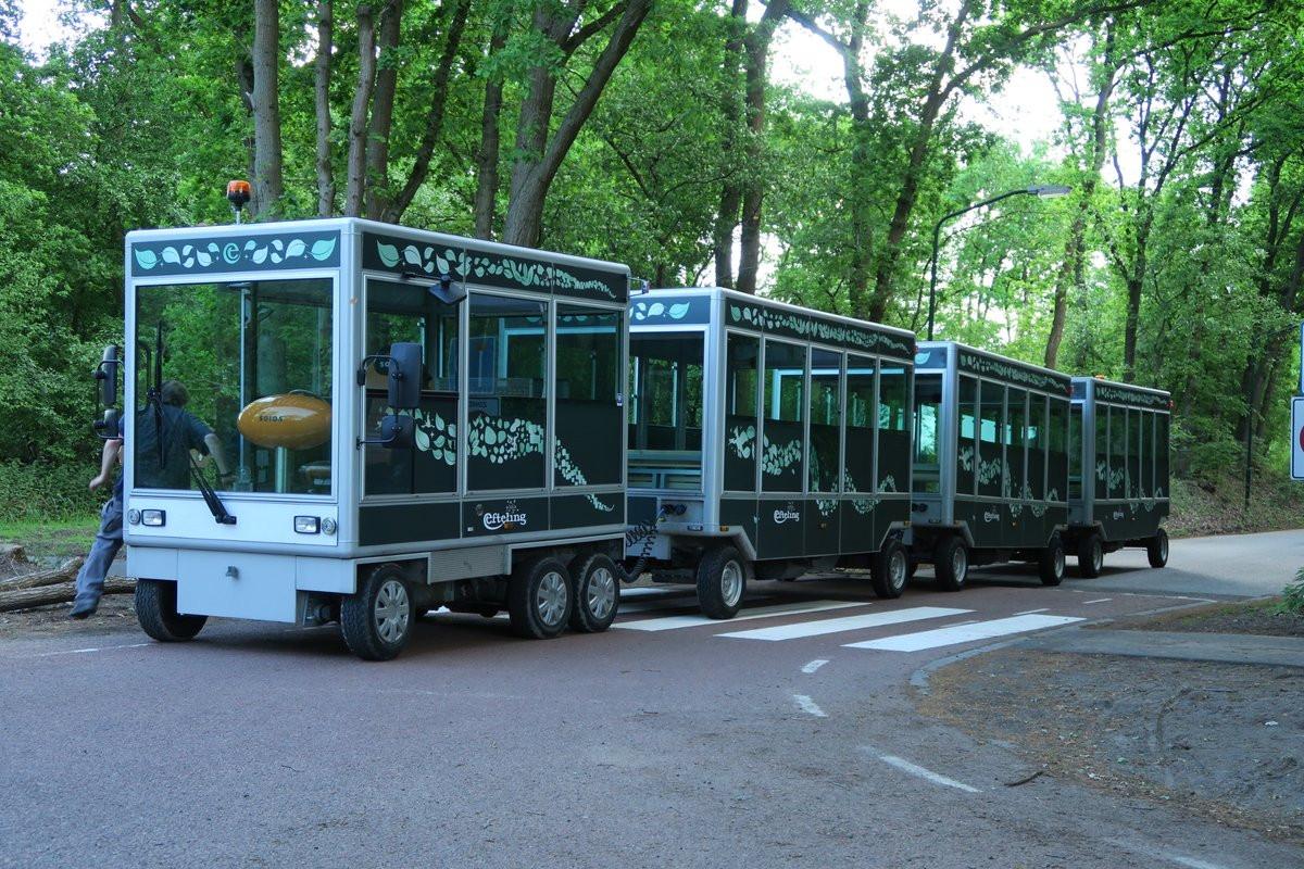 Het treintje dat gasten van vakantiepark Het Loonsche Land naar de Efteling brengt .