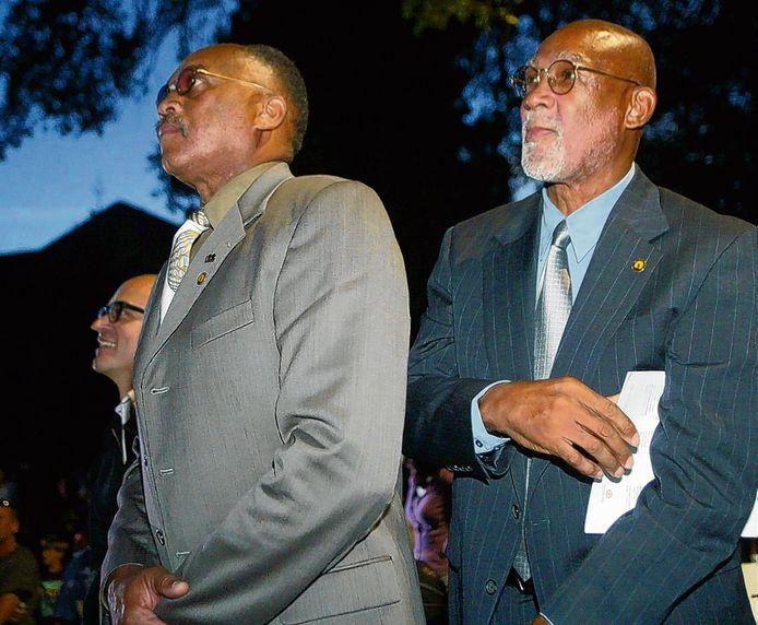 Tommie Smith (l) en John Carlos kijken naar de onthulling van hun standbeeld in Mexico.