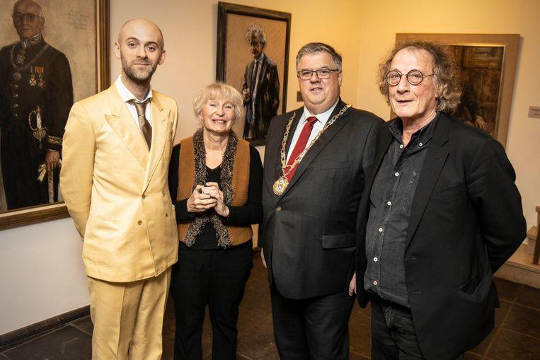 Burgemeester Bruls en de schrijvers op het stadhuis (nog vóór corona), met Jaap Robben (links), Tessa de Loo en Thomas Verbogt. Beeld Gerard Verschooten