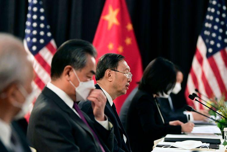 Het hoofd van het Chinese buitenlandbeleid Yang Jiechi (midden) en minister van Buitenlandse Zaken Wang Yi (tweede links) tijdens het overleg in Anchorage. Beeld AFP