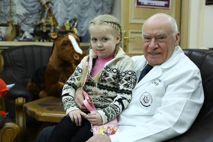 Professor Leo Bockeria met een van de patiënten.