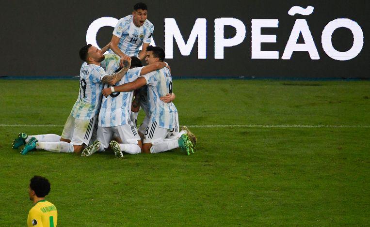 Argentijnse spelers vieren de overwinning. Beeld AFP