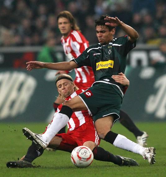 Anatoli Tymoschuk zet een tackle in op De Camargo van Borussia Mönchengladbach.