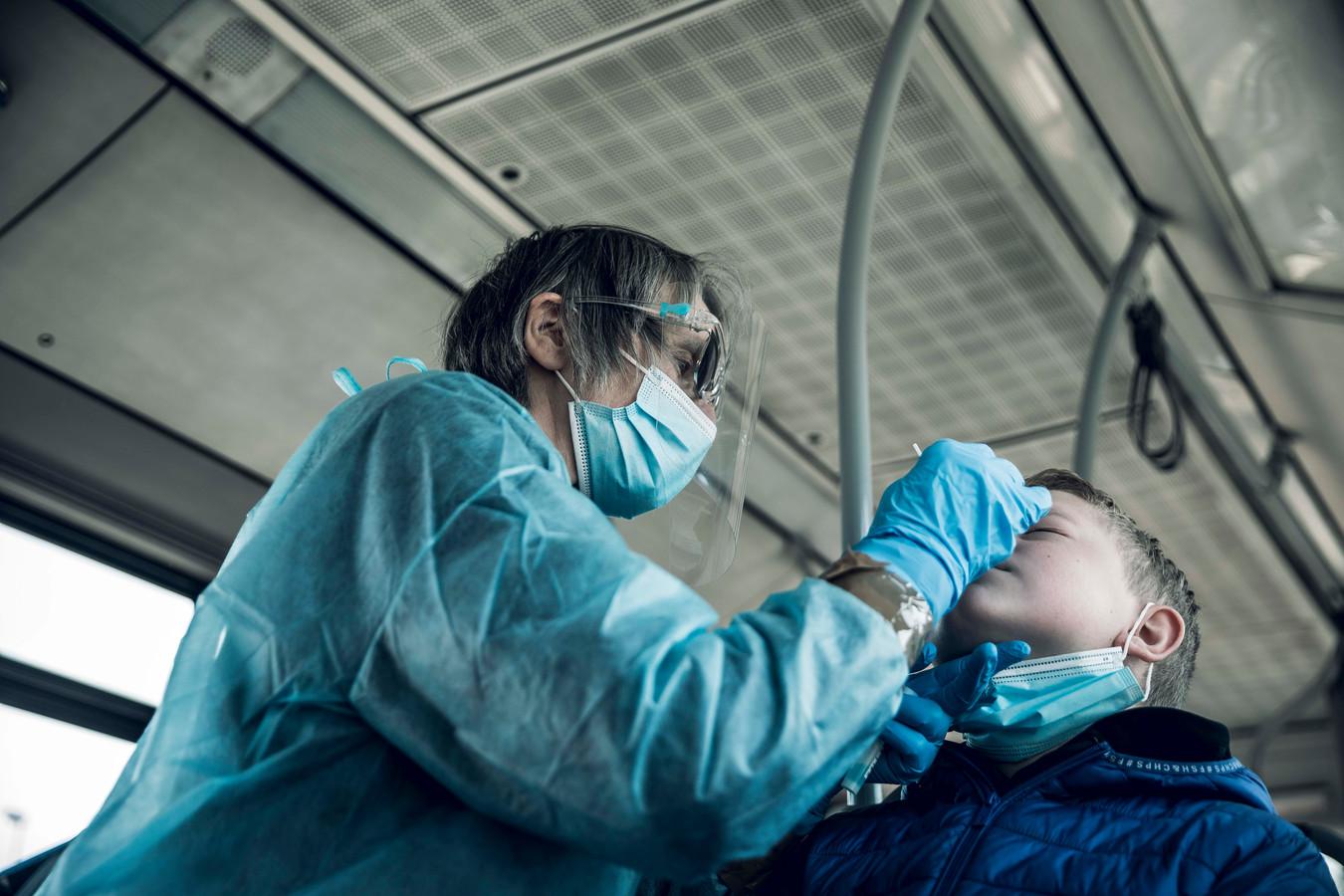 Een leerling van VBS Proosterbos in Maasmechelen werd donderdag getest in de testbus van het UZ Antwerpen.