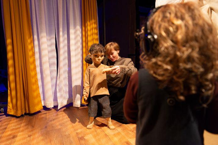 Een jonge bezoeker maakt kennis met het jongetje Yuto in de installatie van Cézanne Tegelberg.