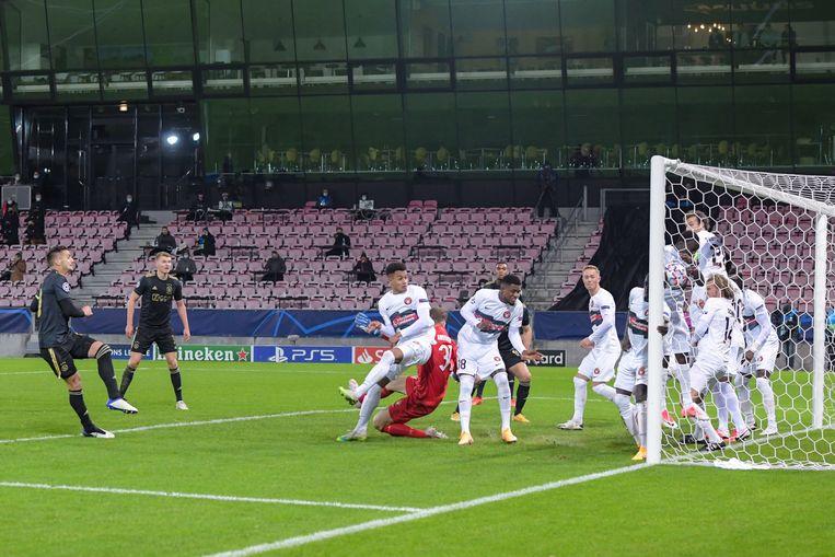 Met alle spelers rond de doellijn kan Midtjylland de 2-0 van Dusan Tadic niet voorkomen. Beeld BSR Agency