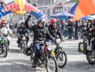 Honderden retrobrommers rijden de Red Bull All The Way