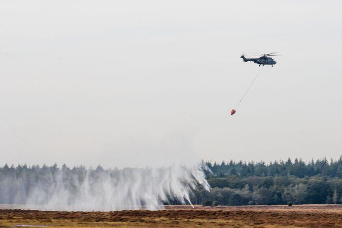 De Cougar-helikopter lost water op de Ginkelse Heide.