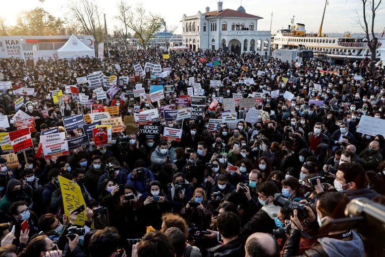 Ook zaterdag demonstreerden studenten van de Bosporus Universiteit in Istanbul. Beeld REUTERS