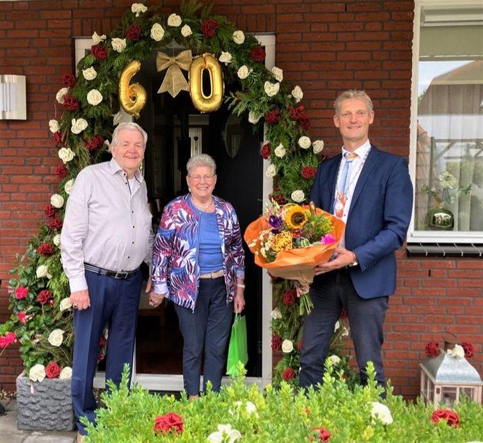 Locoburgemeester Erik Volmerink feliciteert Gerrit en Toos Snijders-Nijhuis uit Tubbergen met hun diamanten huwelijk.