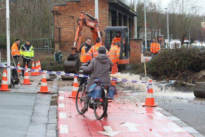 Gigantisch waterlek aan Sportkot: deel Tervuursevest afgesloten wegens wateroverlast. Fietsers moeten omrijden.