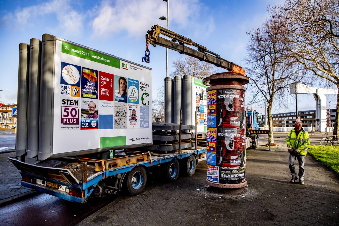 Verkiezingsborden worden geplaatst in Rotterdam voor de Provinciale Statenverkiezingen in 2019.