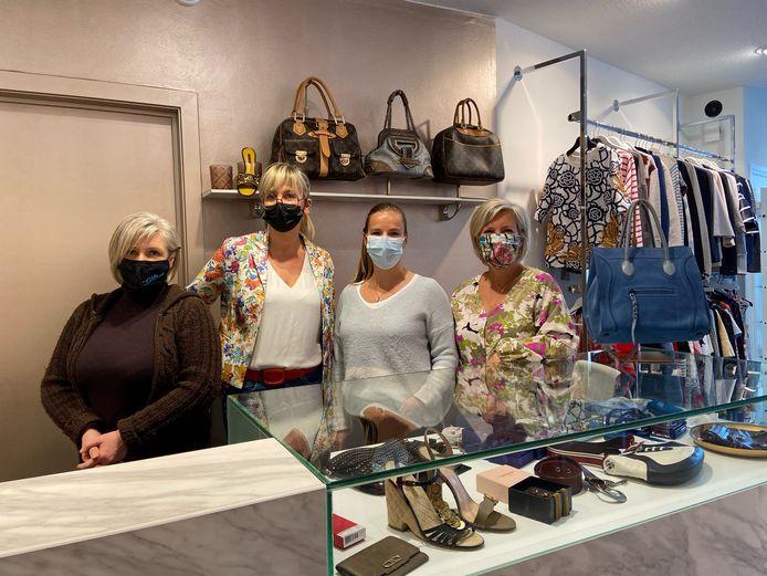 Elf onderneemsters met een niet-essentiële winkel op de Turnhoutsebaan in Schilde voeren campagne. V.l.n.r.: Sophia Croes (The Gift Shop),  Ellen Van Antwerpen (initiatiefneemster en zaakvoerster van BABYluff), Anneke Lemmens (Améno) en Eve Francis (2Dress)