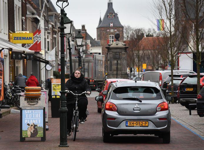 Fietspad en autoweg lopen in elkaar over op de Voorstraat en dat zorgt voor verwarring.
