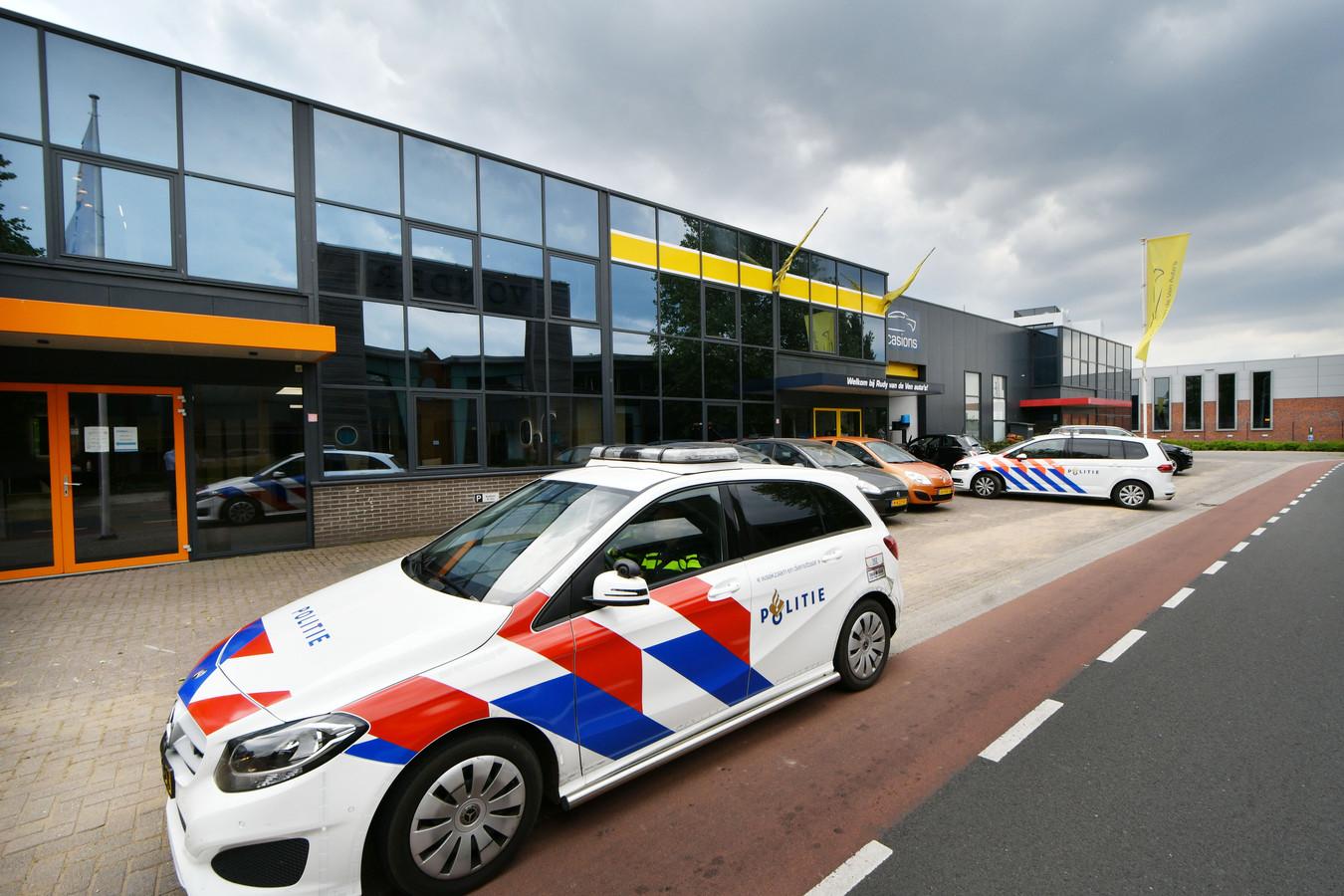Een flink aantal politieagenten was vrijdagmiddag bij de zaak van Rudy van de Ven in Enter, naar verluidt omdat er sprake was van een bedreiging.