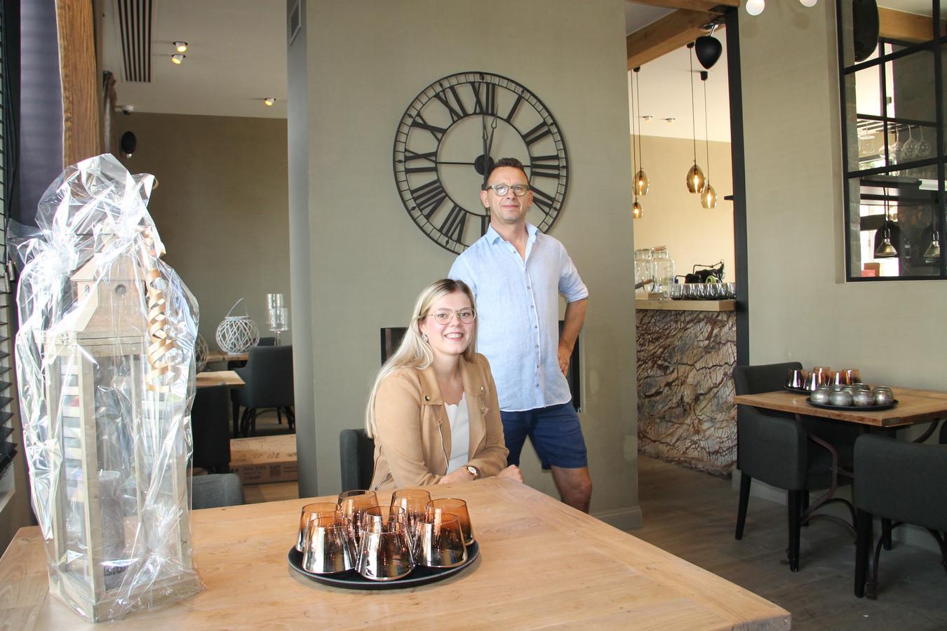 Elise De Waele en Glenn Van Bruwaene in hun nieuwe zaak Brasserie Ruislé.