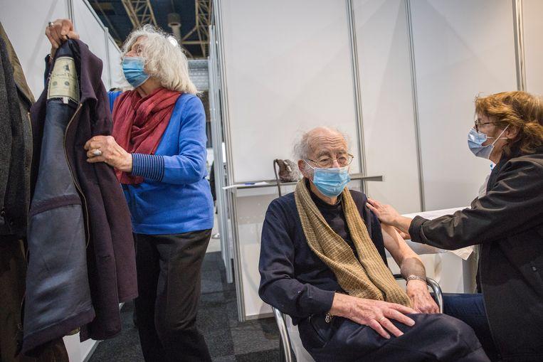 Een man van 91 en zijn vrouw 88 worden gevaccineerd.  Beeld Arie Kievit