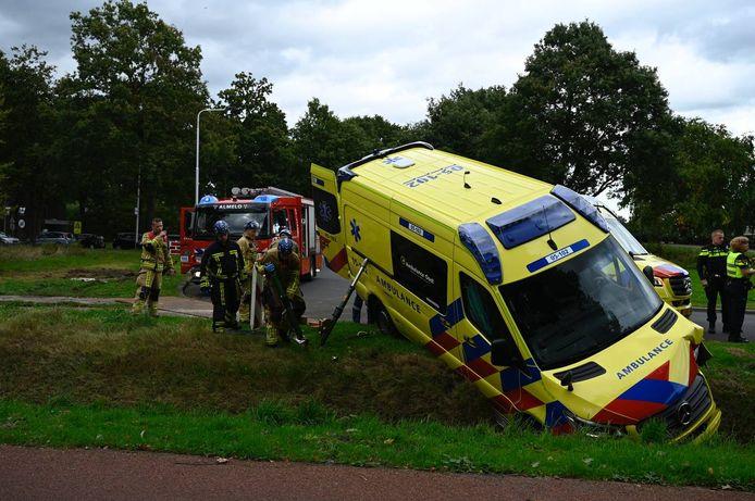 De ambulance kwam in een geul tot stilstand.