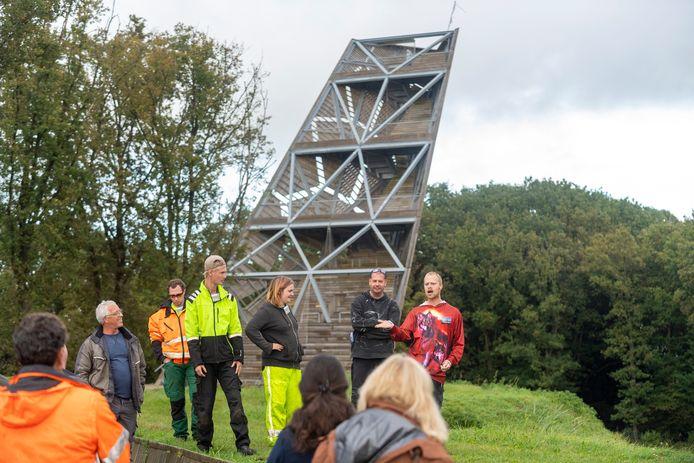 Leden van het team 'Zorg voor Groen' geven tekst en uitleg over hun werkzaamheden tijdens een rondleiding op Fort de Roovere.