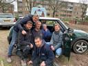 Kunstenares Gaby Bovelander (op de foto in de auto), inmiddels op gevorderde leeftijd, kwam zelf ook een kijkje nemen bij de reddingsoperatie.