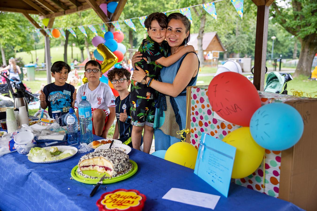 Jarige job Tuna Yildirim viert samen met zijn vriendjes en moeder Isil zijn zevende verjaardag bij Speelpark De Splinter in Eindhoven.
