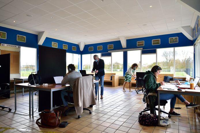 Studenten kunnen gratis studeren in de voetbalkantine van Rohda'76. Links Valentijn Zoomers, rechts Roos Cremers.