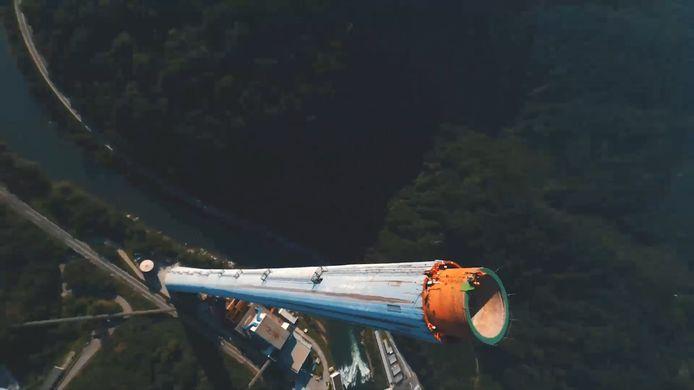 Un groupe de casse-cous a escaladé la plus haute cheminée d'Europe.
